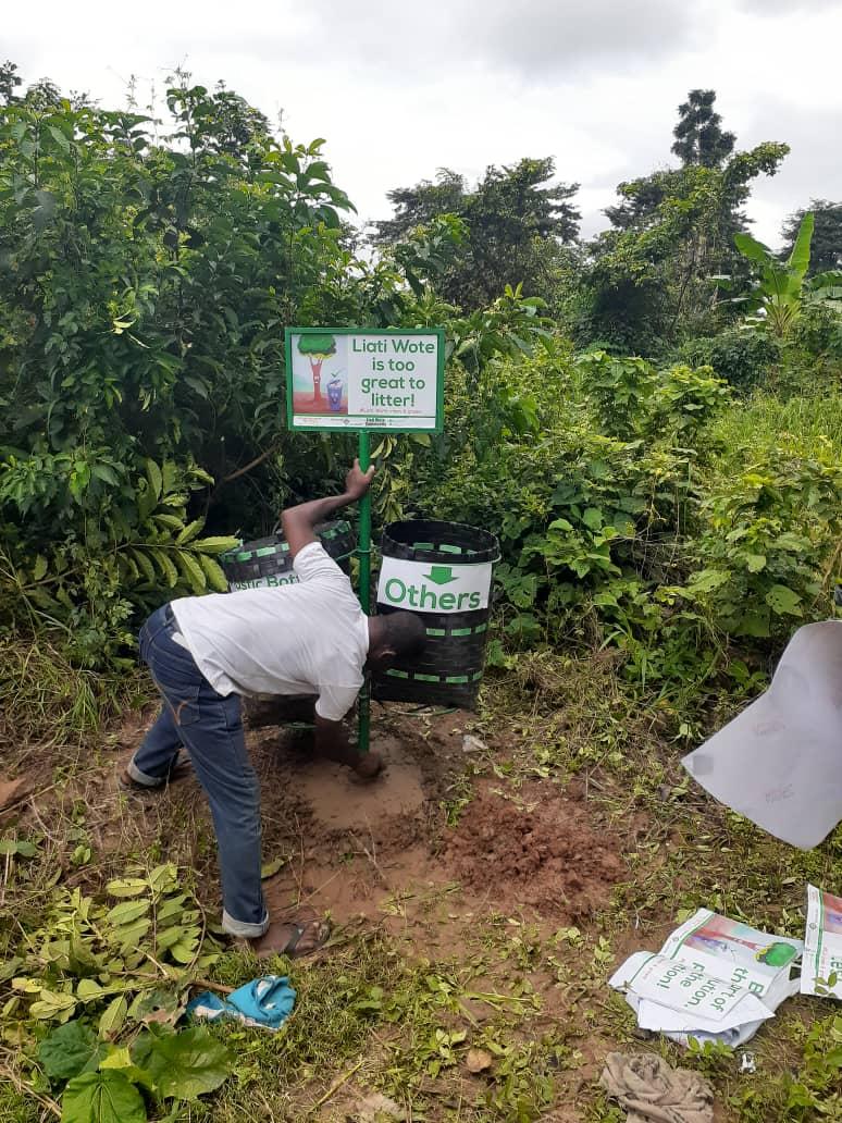 Poubelles pur la collecte continue des déchets plastiques le long des sentiers menant aux sites touristiques et dans la communauté elle-même.
